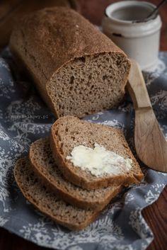 Chleby z pełnoziarnistej mąki orkiszowej są bardzo zdrowe, niestety sporo jest przepisów, z których chleb ma tendencję do kruszenia się ze względu na specyfikę tego rodzaju mąki. Ale nie ten! Ten chle