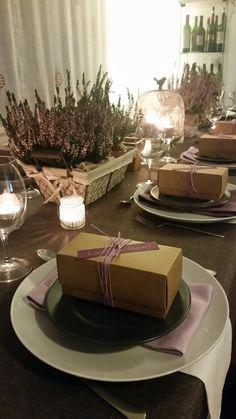 Decoración  mesa fin de año . Ericas malvas y combinación de malvas en servilletas.