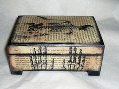 Caja forrada con texto e imágenes impresas según temas