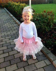 Lyserødt luksus tylskørt med bred blonde kant til børn i str. nyfødt -116. Det skønneste tylskørt i lyserød til små prinsesser.