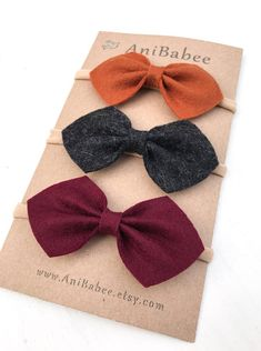 Felt Bows are attached to a skinny elastic band. These colors can be customized. Just shoot me a message on Etsy. Diy Baby Headbands, Diy Hair Bows, Diy Bow, Diy Headband, Headband Pattern, Ribbon Hair, Baby Girl Bows, Girls Bows, Girls Hair Accessories
