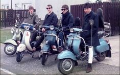 """Surgen bandas urbanas: los mod. Estos hacen uso de pantalones de traje sin pinzas, polo """"fred Perry"""", harrington jacket, bowling shoes, zapatos loafers, scooters, parka como abrigo y él símbolo de la aviación londinense como identificación."""