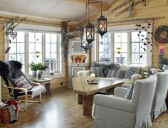 Harmoniske nyanser i gråbrunt føyer innredningen fint sammen, selv om det er en blanding av nytt, gammelt og selvlaget. Gulvet har blitt beiset. Det trekantede sofabordet ble til av rester av rester av gulvbord, kantet med taklister og beiset som gulvet. Beina er avkapp fra stolper.