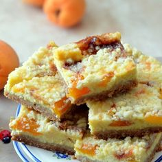 Delicious cheesecake with apricots and crumble. (in Romanian)
