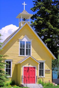 OMWord!  What a perfect yellow church, it is so cheery and welcoming