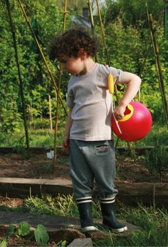 Quut Ballo: a non-spill bucket for fetching water at the beach. Also a perfect watering can for the garden.  #jardinage #gardening #kids