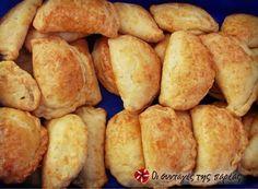 Τυροπιτάκια στο πι και φι #sintagespareas Greek Appetizers, Greek Desserts, Greek Recipes, Snack Recipes, Cooking Recipes, Snacks, Savory Muffins, Greek Cooking, Toddler Meals