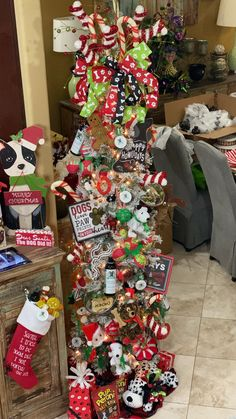 Learn how to decorate a Christmas tree step by step. If you do it in the right order you will save yourself a lot of time and have an awesome tree. This is one of many dog inspired trees we have created. Check out our full tutorial Fall Christmas Tree, White Flocked Christmas Tree, Ribbon On Christmas Tree, Christmas Tree Themes, Christmas Tree Toppers, Decorated Christmas Trees, Gingerbread Christmas Tree, Whimsical Christmas Trees, Santa Claus Christmas Tree