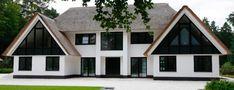Mooi: combinatie van wit stucwerk, antraciete kozijnen en antraciet/zwarte accenten op eerste verdieping. Daarnaast het uitspringende element van de voordeur.