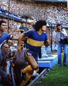 Diego Maradona makes his Boca Juniors debut Real Madrid Atletico, Legends Football, Football Art, Diego Armando, Holiday Places, Lionel Richie, Football Wallpaper, Football Pictures, Soccer Games