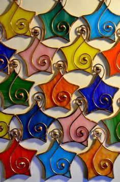 Tiffany Glass art Patterns - Stained Glass art Wallpaper - Glass art Videos On Canvas - - Glass art Work Beautiful Wire Ornaments, Stained Glass Ornaments, Stained Glass Christmas, Stained Glass Suncatchers, Stained Glass Projects, Hanging Ornaments, Stained Glass Art, Fused Glass, Broken Glass Art
