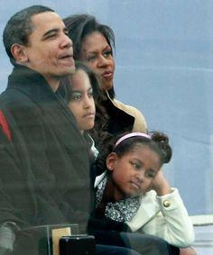 Barack siempre ha estado rodeado de mujeres. Su esposa Michelle, sus hijas Malia y Sasha, Auma Obama, la hermanastra que conoció después de la muerte de su padre en 1982, y la madre de Michelle, Marian, que ha cuidado a sus hijas en sus viajes