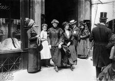 Midinettes sortant du magasin de couture Paquin, rue de la Paix dans le 2ème, vers 1900.