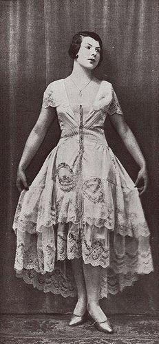 """Les Modes (Paris) May 1929 """"Glycine"""" robe de style par Boué Soeurs"""