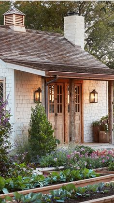 Joanna Gaines (Fixer Upper) Garden Shed gaines garden house Joanna Gaines (Fixer Upper) Garden Shed - Architecture Designs Farmhouse Landscaping, Farmhouse Garden, Farmhouse Style, Garden Landscaping, Magnolia Homes, Magnolia Farms, Gaines Fixer Upper, Fixer Upper Hgtv, Fixer Upper House