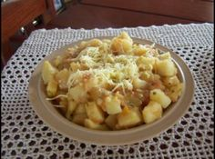 Receita de Batata-doce à mineira - 1 kg de batata-doce, 1 cebola picada, 3 colheres sopa de óleo, 2 tomates sem pele e sem sementes picados, 1 colher sopa de salsinha picada, 2 cubinhos de caldo de galinha, 1 xícara de queijo ralado grosso
