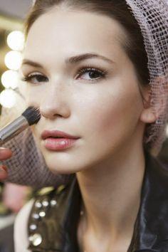 I want pretty: ¡5 ideas de #moda, #estilo y más...para octubre! 2.-Ya es hora, independientemente de tu edad, que aprendas a maquillarte como se debe, ya sea con tutoriales o algún curso, es indispensable que sepas cómo aplicar tus productos de la manera correcta, sobre todo para la vida diaria de trabajo o escuela, que aunque no requieras tanto, es muy importante crear un look natural de la mejor manera posible, y de pasada un tipo de #maquillaje para salir en la noche o para alguna boda.