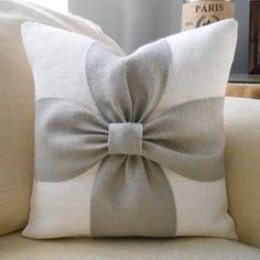 Una paleta de colores relajantes de gris y de arpillera blanco se combinan para hacer esta cubierta de la almohadilla de arco hermoso. Esta funda