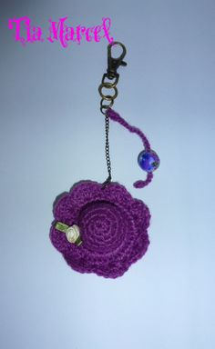 Llavero tejido al crochet en color violeta con capelina y cuenta de colores