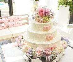 ❁ *。 お上品で、繊細なデザインの#ウェディングケーキ  * ケーキのてっぺんと下側には パステル系の柔らかい#お花 をたっぷり乗せて、 1段ずつに#リボン を飾っています❁ ケーキの表面も、レースみたいな柄で可愛すぎる * photo by @reexnaa  #ケーキ #披露宴 #演出 #デザート #料理 #おもてなし #ファーストバイト #ケーキカット #結婚式準備 #プレ花嫁 #卒花 #卒花嫁 #プロポーズ #marryxoxo