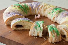 Easy King Cake for Mardi Gras (Recipe by Relish) Sweet Recipes, New Recipes, Favorite Recipes, Donut Recipes, Amazing Recipes, King Cake Recipe, Mardi Gras Food, Cupcakes, Bagels
