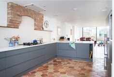 Hexagonal terracotta floor tiles bounce off the original brick work above the oven adding a traditional element to what feels like a contemporary space. Kitchen Dining, Kitchen Cabinets, Terracotta Floor, Pinterest Design, Bathroom Floor Tiles, Grey Walls, Interior Lighting, Deco, Sweet Home