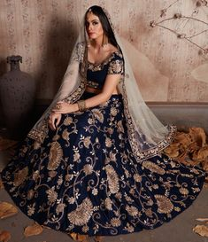 Topping the list of traditional lehengas are the gorgeous bridal zari lehengas. Check out these dazzling zari lehenga designs for all wedding ceremonies. Indian Bridal Outfits, Indian Bridal Lehenga, Pakistani Bridal Dresses, Indian Designer Outfits, Bollywood Bridal, Lehenga Choli Designs, Designer Bridal Lehenga, Dress Indian Style, Indian Dresses