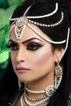 Arabic Bridal Party Wear Makeup Tutorial Step by Step Tips & Ideas 2018 Arabic Bridal Party Wear Makeup Tutorial Trends contains middle east, Egyptian, Turkish Eye & Complete Face makeup ideas & stunning looks! Indian Bridal Makeup, Asian Bridal, Head Jewelry, Bridal Jewelry, Gold Jewellery, Silver Jewelry, Bollywood, Makeup Tutorial Step By Step, Beauty And Fashion