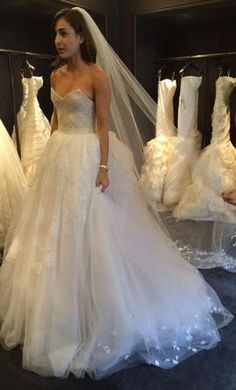 Vera Wang Pippa : buy this dress for a fraction of the salon price on PreOwnedWeddingDresses.com