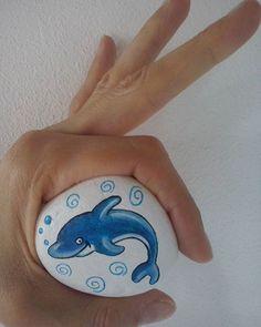 È la volta di un piccolo delfino - Painted stone #paintedstone #paintedrock #sassidipinti #artrock #artigianato #stoneart #painting #dolphin #bluedolphin #sea #sealife #seaanimals #nature #natureart #bubbles #giftidea #paintwithlove #le mie creazioni #lineamare #sealine