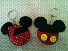 Resultado de imagen de fieltro llaveros minnie y mickey Fiesta Mickey Mouse, Mickey Mouse Birthday, Mickey Minnie Mouse, Disney Diy, Disney Crafts, Cute Sewing Projects, Sewing Crafts, Felt Crafts, Diy And Crafts