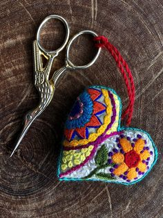 Cómo hacer un corazón de tela | Gineceo Hand Embroidery Flowers, Hand Embroidery Patterns, Sewing Patterns Free, Cross Stitch Embroidery, Crochet Patterns, Felt Ornaments Patterns, Fabric Ornaments, Felt Keychain, Mexican Crafts
