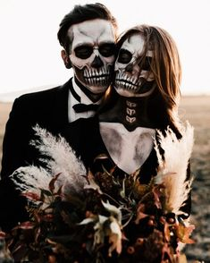 Chilling Halloween Ideas for your Wedding Ooh Spooky! Chilling Halloween Ideas for your Wedding – Green Wedding Shoes Spooky Halloween, Halloween 2018, Happy Halloween, Halloween Fotos, Halloween Parejas, Cool Halloween Makeup, Halloween Inspo, Halloween Fashion, Couple Halloween