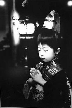 Sabine Weiss - Enfant priant, Tokyo
