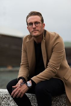 Macho Moda - Blog de Moda Masculina: Óculos de Grau no Visual Masculino, pra inspirar! óculos de grau, moda masculina, moda para homens, óculos masculino, óculos redondo, sidepart, penteado pro lado, coat longo, sobretudo marrom, moda masculina acima dos 40
