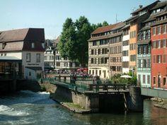 Strasbourg - La Petite France (ancien quartier des tanneurs, meuniers et pêcheurs) : rivière (l'Ill), écluse, berge fleurie et maisons à colombages aux façades colorées