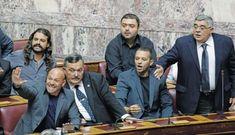 Οι χαμηλοί τόνοι από τον Νίκο Μιχαλολιάκο, που δημιουργούν ερωτήματα ως προς τη σκοπιμότητά τους, και οι αποχωρήσεις στελεχών, που αφήνουν σαφείς αιχμές για σχέσεις του κόμματος με τον εφοπλιστή Μαρινάκη