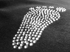Tehotenské tričko Nôžky, potlač hot-fix kamienkami. Aplikácia je vyrobená zo sklenených brúsených kamienkov hot-fix. Sú brúsené do tvaru diamantu a na svetle sa krásne trbliecu.