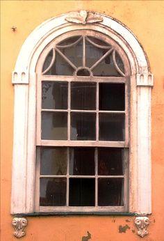 Janela de um dos imóveis do conjunto arquitetônico histórico de Salvador.