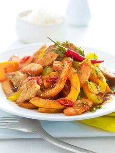 Gelbes Wok-Gemüse mit Hähnchenfleisch