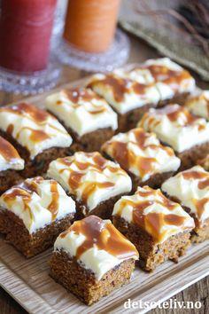 Gulrotkake i langpanne med karamell | Det søte liv Cake Recipes, Dessert Recipes, Desserts, Brownie Cookies, Dessert Bars, Doughnut, Nom Nom, Muffin, Food And Drink
