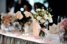 Tischdekoration mit Blumen auf unserer Hochzeit Bild 3