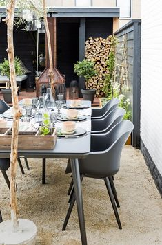 38 Small Terrace Design Projects to Maximize Your Small Space Outdoor Rooms, Outdoor Dining, Outdoor Gardens, Outdoor Furniture Sets, Dining Table, Outdoor Decor, Dining Area, Low Maintenance Backyard, Terrasse Design