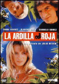 """DVD CINE 1861 -- La Ardilla roja (1993) España. Dir.: Julio Medem. Romance. Sinopse: unha noite de verán, Xota tenta suicidarse arroxándose ao mar. De súpeto, Xota ve caer do ceo a unha moza que sufriu un accidente de moto. A consecuencia do golpe, a moza sofre amnesia toral, nin sequera lembra o seu nome. Xota fai crer á moza que se chama Lisa e foi a súa noiva durante o últimos catro anos. Xuntos vanse de vacacións ao cámping """"O Esquío Vermello""""."""