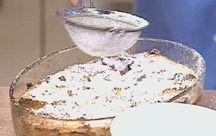 Das perfekte Panettone Brotpudding-Rezept mit Bild und einfacher Schritt-für-Schritt-Anleitung: Milch und Sahne mit der ausgekratzten Vanilleschote…