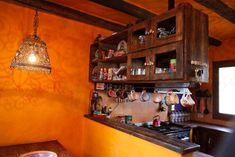Esta cocina es dueña de múltiples detalles. Ceramicas y vajilla coloridas
