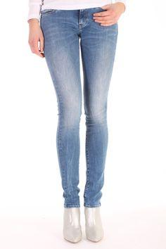 De Sharp FFS van Denham is gemaakt van katoen met polyamide en elasthan.  Het is een skinny fit jeans met een slank silhouette.  Sharp FFS - 02-13-11-11-007.