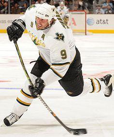 Mike Modano, the highest-scoring U.-born player in NHL history. Stars Hockey, Ice Hockey Teams, Mike Modano, Dallas Cowboys Star, Hockey Rules, Hockey World, Sports Figures, National Hockey League, Hockey Players