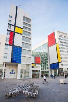 Het stadhuis van Den Haag is veranderd in een schilderij van Mondriaan. | Photo © Citydressing Den Haag