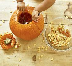 Kürbisschnitzen ohne Abfall. Aufgepasst! Wir zeigen, wie beim nächsten Kürbisschnitzen keine Reste übrig bleiben und was ihr aus den Kürbisfasern und den Kürbiskernen machen könnt. Pumpkin, Table Decorations, Vegetables, Food, Home Decor, Carving Pumpkins, Homemade Home Decor, Buttercup Squash, Meal
